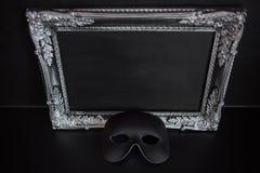 Маска масленицы и красивый серебряный багет рамки с пустым местом для ваших текста или дизайна стоковая фотография rf