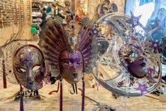 маска масленицы venetian Покупки улицы Известный сувенир итальянский рынок Италия venice стоковые фотографии rf