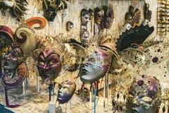 маска масленицы venetian Покупки улицы Известный сувенир итальянский рынок Италия Венеция стоковое изображение
