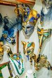маска масленицы venetian Покупки улицы Известный сувенир итальянский рынок Италия Венеция стоковое фото
