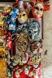 маска масленицы venetian Покупки улицы Известный сувенир итальянский рынок Италия Венеция стоковые изображения rf