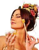 Маска меда лицевая с свежими фруктами для волос и кожа на женщине возглавляют стоковые фотографии rf