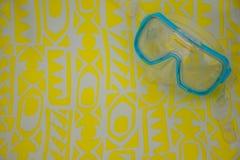 Маска открытого моря на бумаге желтого цвета картины Стоковые Изображения