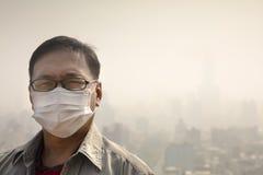 маска рта человека нося против загрязнения воздуха Стоковые Изображения