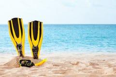 Маска с трубкой для snorkeling и флипперы на пляже Стоковое Фото