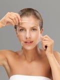 маска с шелушения принимая детенышей женщины Стоковое фото RF