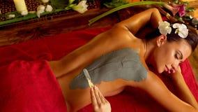 Маска тела массажа и глины в салоне курорта Взгляд сверху 4K