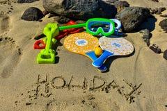Маска, трубка, стекла, ракетки, шарик, грабл и лопаткоулавливатель на пляже стоковые фото