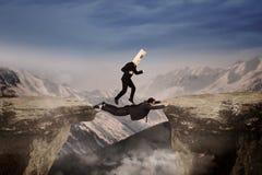 Маска человека нося над скалой Стоковые Фотографии RF