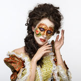 маска venetian Красивая женщина в винтажном платье и маска на высокой Стоковая Фотография RF