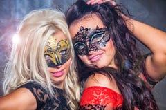 маски девушок счастливые party под детенышами Стоковые Фото
