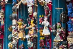 Маски, куклы и сувениры в улице ходят по магазинам на квадрате Durbar в Ka Стоковые Изображения