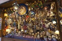 Маски масленицы Венеции в выставк-окне магазина Италия venice Стоковые Изображения RF
