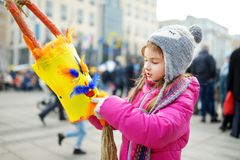 Маски милой девушки нося пугающие во время торжества Uzgavenes, недели 7 литовского ежегодного фольклорного фестиваля случаясь Стоковое Изображение RF