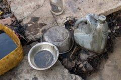 Маслообразные шары металла с бутылкой дизельного масла старого серого цвета пластиковой на грязном поле - повторно использующ стоковое изображение
