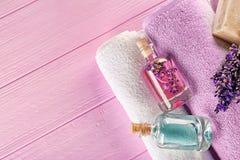 Масло ароматности лаванды и естественное мыло на розовой деревянной предпосылке, крупном плане Стоковые Изображения RF