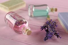 Масло ароматности лаванды и естественное мыло на розовой деревянной предпосылке, крупном плане Стоковая Фотография