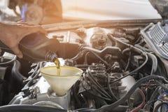 Масло двигателя ремонта автомобиля стоковые изображения