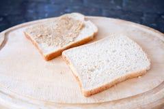 масло делая сандвич арахиса Стоковая Фотография