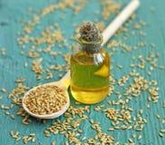 Масло льняного семени в бутылке на деревянной предпосылке Стоковое Фото