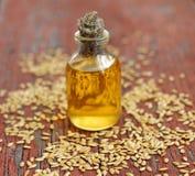 Масло льняного семени в бутылке на деревянной предпосылке Стоковое Изображение RF