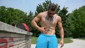Масло мышечного человека внешнее применяясь к коже видеоматериал