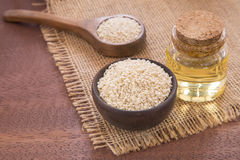 Масло сезама в стеклянных семенах опарника и сезама на деревянной ложке - indicum Sesamum Стоковые Изображения
