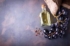 Масло семян виноградины в малых бутылках стоковые изображения rf