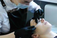 масло состава красотки ванны мылит обработку Заплаты затира Beautician под глазами женщины Взгляд со стороны Стоковые Фотографии RF