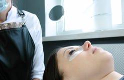 масло состава красотки ванны мылит обработку Черная краска на ` s женщины хлещет прокатывая ресницы Стоковые Фото