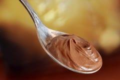 Масло шоколада мягкое в ложке металла закрыло вверх стоковая фотография rf