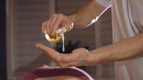 Масло Masseur лить в наличии для заднего массажа 4K видеоматериал