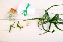 Масло vera алоэ в стеклянной бутылке и полотенце для курорта стоковые изображения rf