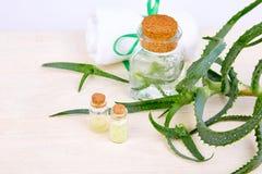 Масло vera алоэ в стеклянной бутылке и полотенце для курорта стоковое изображение rf