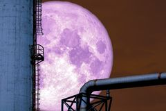масляный бак рафинадного завода силуэта супер холодной луны задний стоковые изображения rf