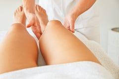 Массажировать ноги женщины стоковая фотография rf
