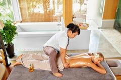Массаж задней части женщины курорта масло состава красотки ванны мылит обработку Тело, терапия заботы кожи Стоковое Изображение