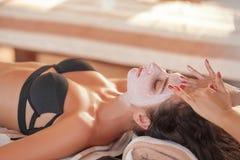 Массаж курорта для женщины Терапевт массажируя женское тело с Arom Стоковые Фото