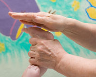 массаж младенца Стоковая Фотография RF