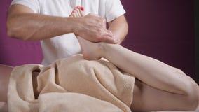 Массаж ноги здоровья Закройте вверх osteopath делая манипулятивный массаж Руки человека массажируя женщину Концепция центра курор видеоматериал