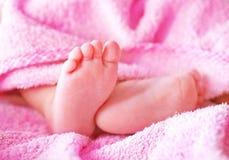 массаж ноги поля младенца глубокий отмелый Стоковое Изображение