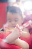массаж ноги поля младенца глубокий отмелый Стоковая Фотография