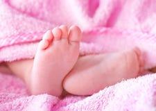 массаж ноги поля младенца глубокий отмелый Стоковые Изображения