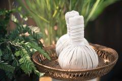 Массаж обжатия тайского травяного шарика горячий Стоковое Фото
