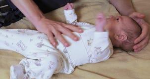Массаж от колики для новорожденных сток-видео