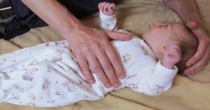 Массаж от колики для новорождённых акции видеоматериалы