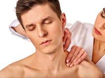 Массаж плеча и шеи для человека в салоне курорта Стоковая Фотография RF