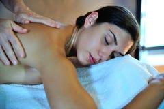 массаж получая детенышей женщины Стоковая Фотография RF