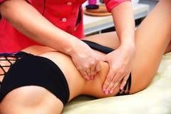 массаж руки Анти--целлюлита стоковые фотографии rf