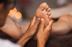 Массаж reflexology ноги стоковые фотографии rf